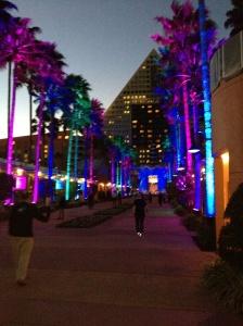 Der Übergang zwischen den beiden Konferenzhotels Swan und Dolphin bei Nacht.