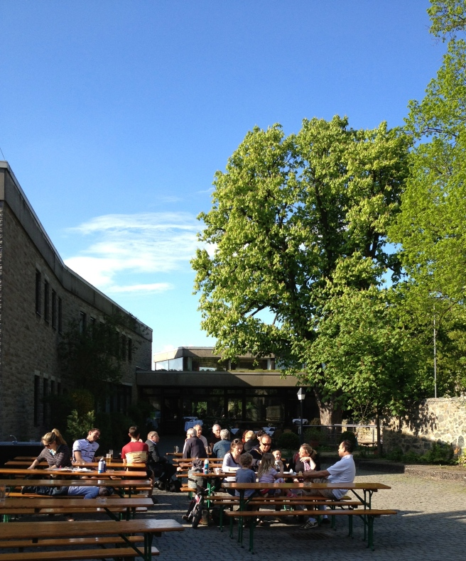 Bierbänke im Burghof