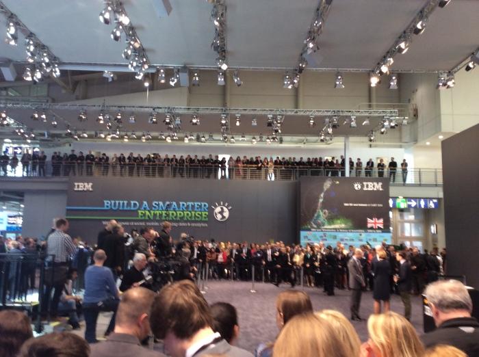 Alle Jahre wieder: warten auf die Kanzlerin am IBM Stand.